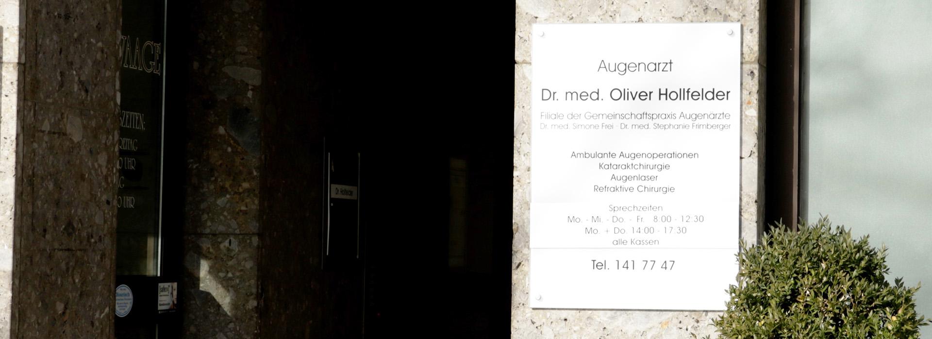 Schild am Eingang Praxis Augenarzt Moosach