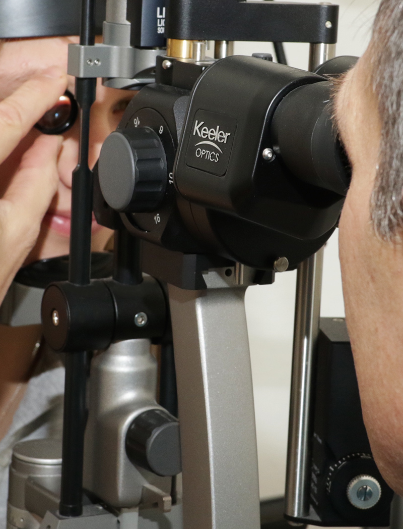 Untersuchung am Auge bei Dr. Hollfelder, Praxis Augenarzt Moosach
